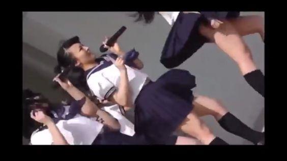 女子高生ミニスカ制服姿のJKたちが 強風の中 セーラー服を風になびかせて踊ってみたらこれはもう放送事故お宝
