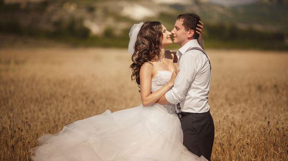 Die Vintage-Hochzeit in der Scheune ist bei vielen Paaren beliebt. Tipps zur Ausrichtung einer Scheunenhochzeit bei uns im Magazin!