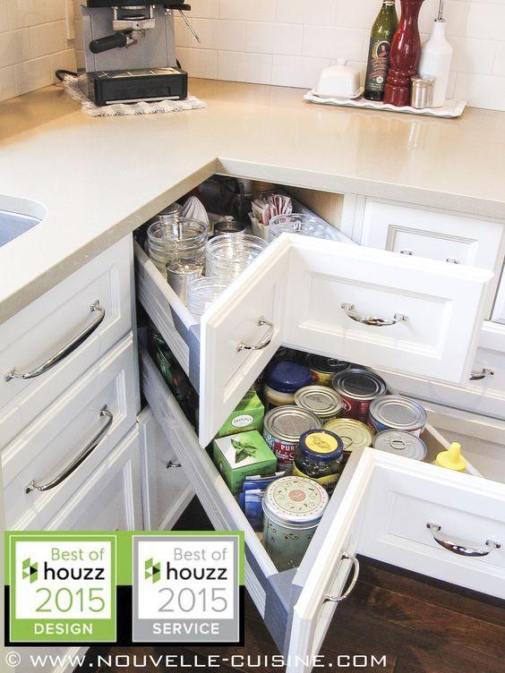 A classic kitchen with cream lacquered wood cabinets, topped with quartz and granit counters. / Une cuisine classique avec des armoires en bois laqué couleur crème, surmontées de comptoirs en quartz et en granit.