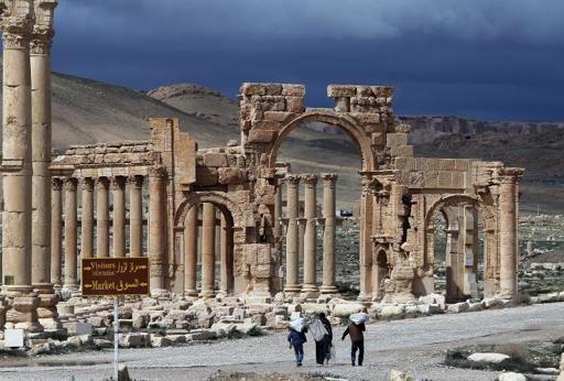 Sírios caminham pelas ruínas de Palmira em 14 de março de 2014