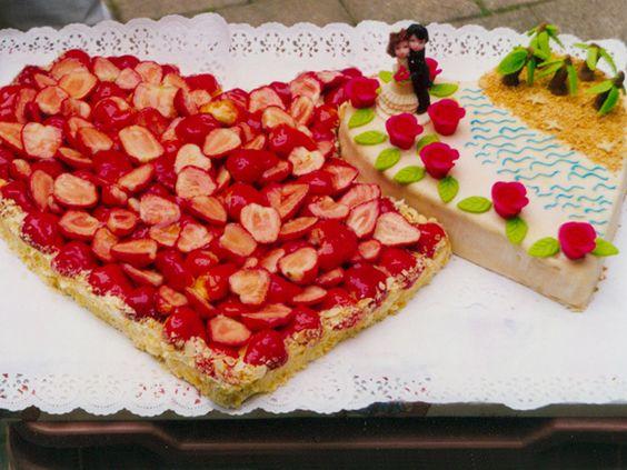 Die Flitterwochen sind schon in Sicht. Mit dieser Hochzeits-Torte kann die Reise in den Urlaub beginnen. Leckeres Obst sorgen für Vorfreude.