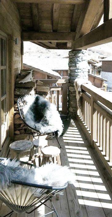 Idée cocooning pour pouvoir continuer de profiter du balcon/terrasse cet hiver. Some cosy inspiration for a balcony this winter.