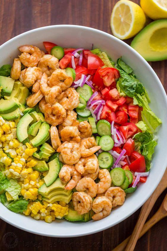 Aguacate Camarones Receta de ensalada con camarones cajún y los mejores sabores de verano.  El aderezo de cilantro limón da a esta ensalada de camarones increíble sabor fresco!  |  natashaskitchen.com