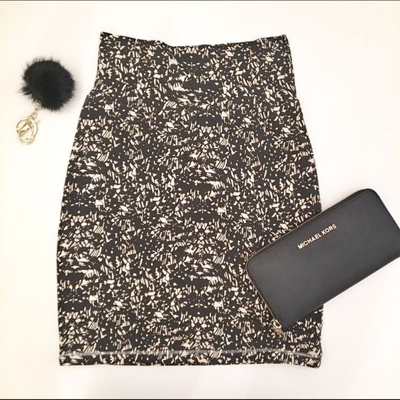 Host Pick  High waisted stretch print skirt Discounted Bundles ▪️Please use the offer feature  ▪️Ships within 24 hours ✈️ ▪️No tradesNo Paypal ▪️ Love the item but not the price?  Make an offer!  ▪️Questions?  Don't be shy!  Feel free to ask  ▪️Condition - NWT ▪️Size - XS ▪️Material - Cotton / Elastane  ▪️Description - Cotton stretch high waisted skirt with beautiful print pattern.  Measures about 18 inches from waistband to hemline. Forever 21 Skirts Mini