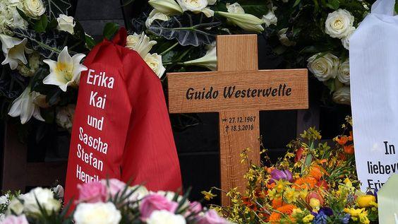 Grabkreuz mit falschem Geburtsjahr: Begräbnis für Westerwelle endet mit Panne