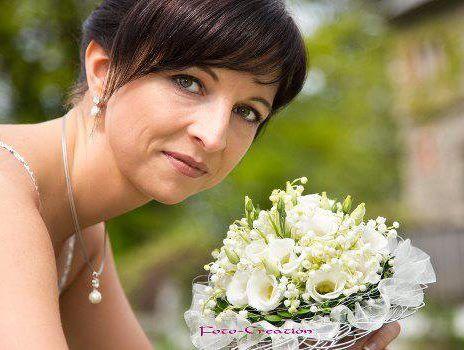 Brautstrauss in weiß mit Maiglöckchen und Lisianthus mit Spitzenmanschette www.blumenwerkstatt.biz