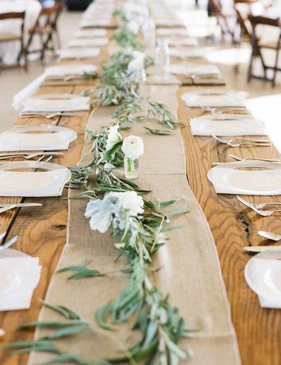 Hochzeitstisch decken mit Sackleinen