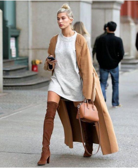 Maxi casaco caramelo, t-shirt branca, bota over the knee marrom
