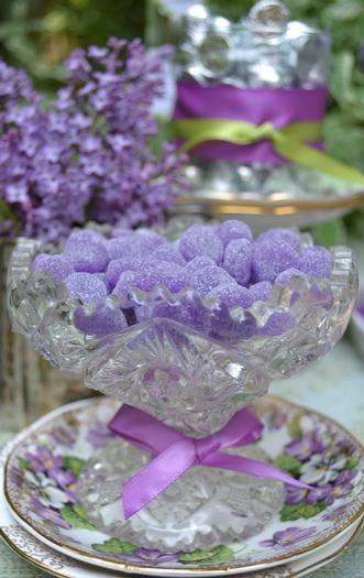 Lavendel-Pastillen: Fimo mit viel Transparent mischen und in Fake-Sugar wälzen - Glitter?