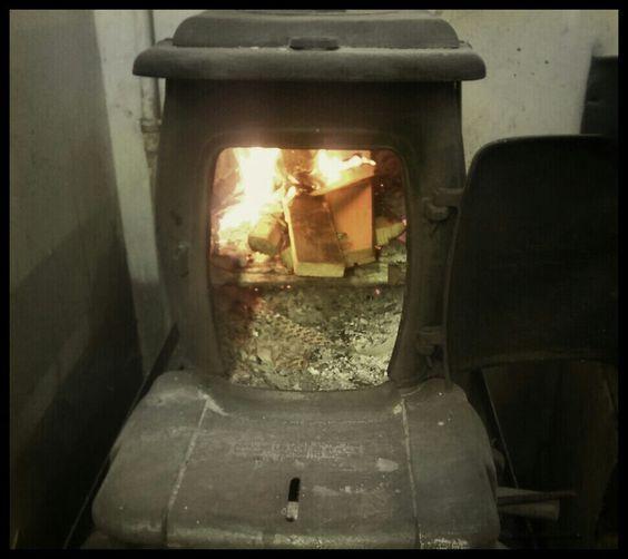 Il fuoco dell'Arsenale! Arsenal's fire! #fuoco #arsenale #fire #arsenal #arsenalepiu #stove #heating #antiquestove #antiques #restorer #shop #bottega #artigiano #wunderkammer