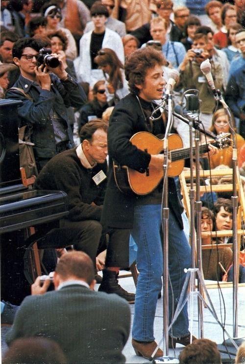 観客の前で歌うボブ・ディラン