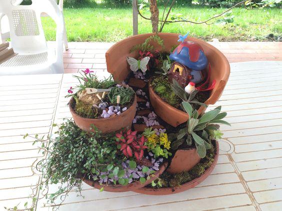 Un'idea per recuperare un vaso rotto e realizzare un giardino fatato in miniatura.  How to made a fairy garden.