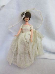 VINTAGE-60S-BARBIE-CLONE-UNEEDA-FASHION-DOLL-IN-WEDDING-DRESS-BUBBLE-CUT-STYLE