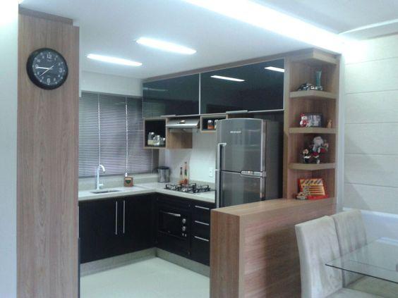 Fotos de uma cozinha amadeirada feita para um casal, com vidros pretos na parte superior e MDF preto na parte inferior.