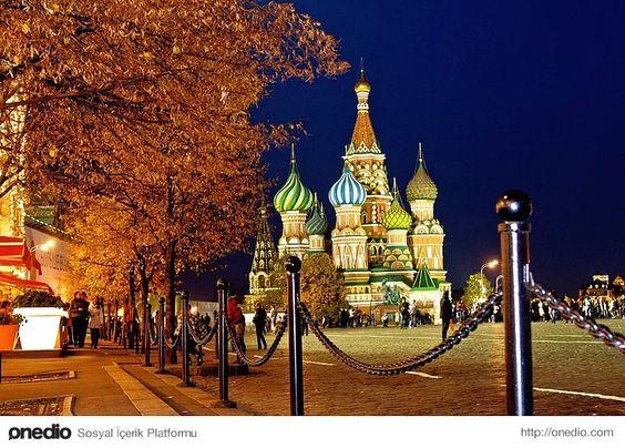 Mükemmel bir mimari; Aziz Vasil Katedrali... Önceleri som altın olan kubbeler 1670'den sonra değişik renklerde boyanmıştır. En uzun kulesi yaklaşık 65 metre yüksekliktedir. Yöre halkı arasında yapının bir İtalyan mimarın tasarımı olduğu, daha sonra yapıyı tekrar etmemesi için mimarın kör edildiği rivayeti dolaşır. Kilise, bugün müze olarak kullanılmaktadır.