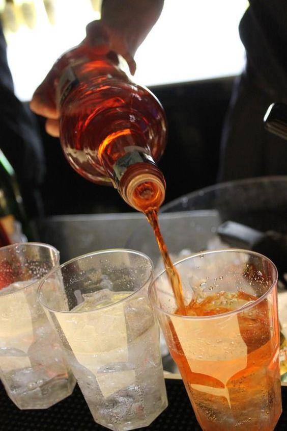 Spritz My Life!   Miscelate:  - 2 parti di Aperol,  - 3 parti di prosecco,  - Spruzzo di seltz o soda.  In un bicchiere contenente del ghiaccio. Guarnite con mezza fettina d'arancia. ENJOY IT!