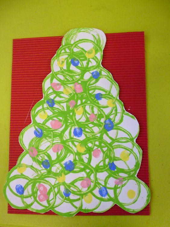 Kerstboom stempelen met wc-rollen: