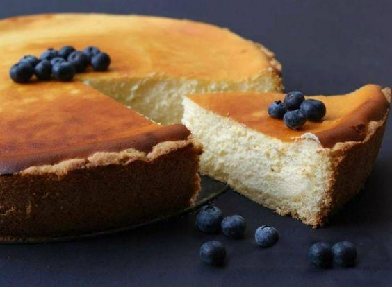 La Käsekuchen è una buonissima torta al formaggio tipica della Germania. È la versione tedesca della cheesecake americana che si contraddistingue perché ha una base di pasta frolla e viene fatta prevalentemente con del formaggio quark. Può essere aromatizzata in tanti gusti diversi. Esistono anche varianti con panna e con l'aggiunta di frutta fresca o sciroppata. Si tratta infatti di una ricetta molto versatile. Con questa base potete unire della frutta fresca o sciroppata non alterando la…
