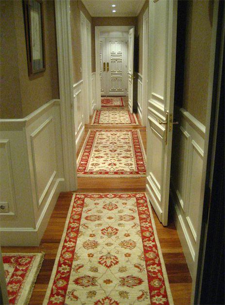Entrada y pasillo con panelado blanco y alfombras de - Alfombras pasillo ...