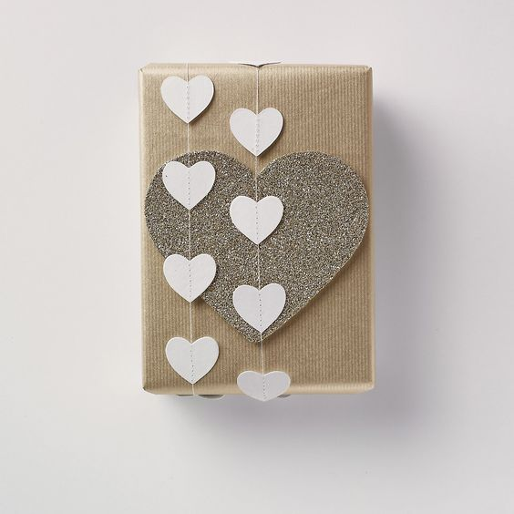 gift wrapping idea with paper hearts garland: