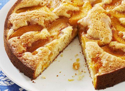 Découvrez la recette de la tarte aux pêches. Pour préparer ce dessert, il vous faudra : des pêches jaunes, des œufs, de la farine, de la poudre d'amandes, du sucre et du beurre.