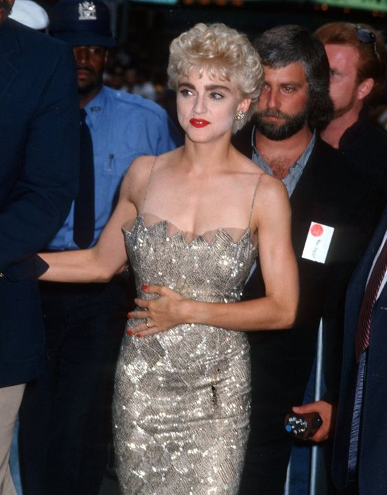 Pin for Later: De Geisha à Cow-Girl, en Passant Par Punk-Lady, Retour sur les Moments Mode les Plus Fous de Madonna  Portant une robe ultra glamour en 1986.