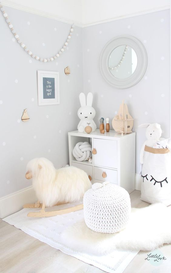 Das weiße Kinderzimmer besitzt cremefarbene Wände