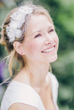 noni noni Brautkleider 2015 | Headpiece mit Blumen und Hutschleier zum Brautkleid mit Punkten und V-Ausschnitt (www.noni-mode.de - Foto: Le Hai Linh)
