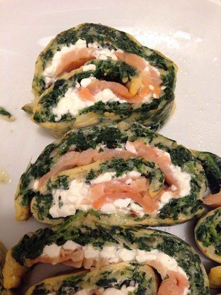 Leichtes, proteinreiches Spinat-Omelett mit Räucherlachs und Hüttenkäse.: