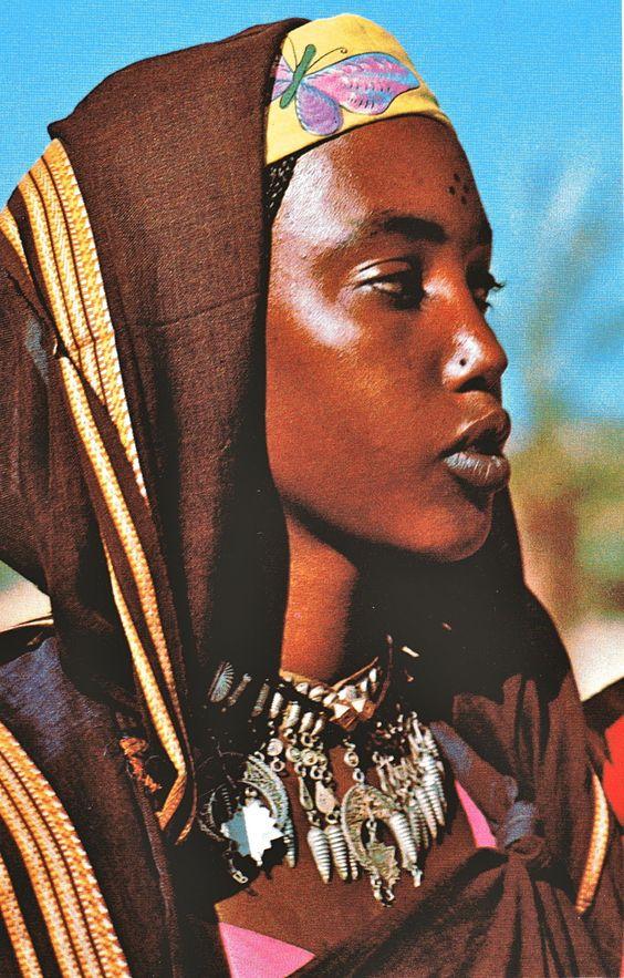 "Femme de Bardaï.   ""Sahara"" de Sylvio Acatos. Photographies de Maximilien Bergmann. Editions Silva, Zurich, 1969."