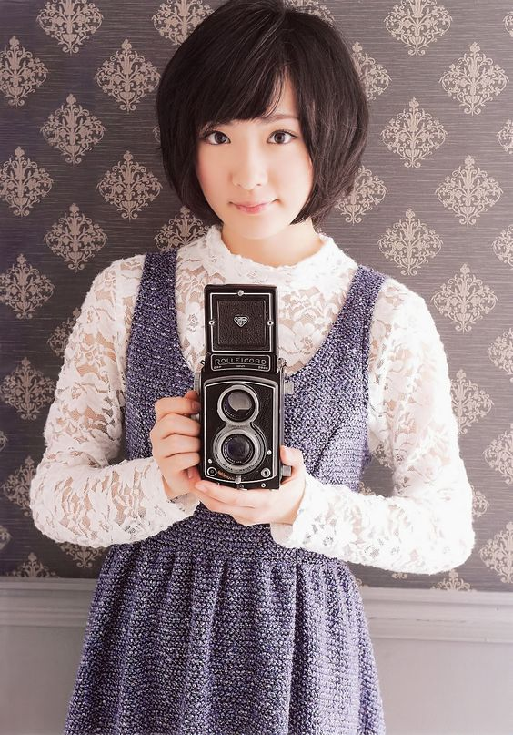 カメラを持っている生駒里奈