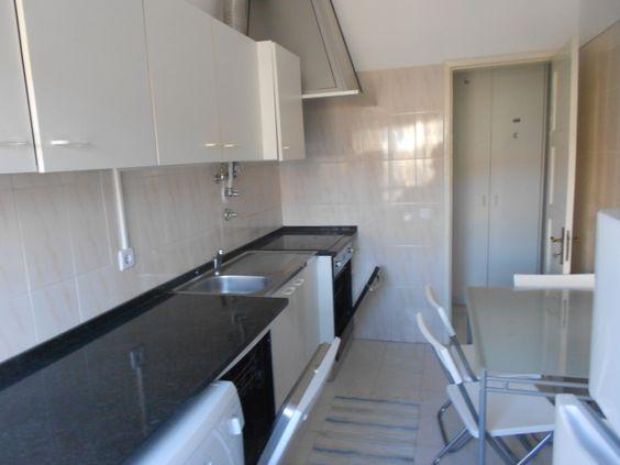 Apartamento T1 Mobilado e Totalmente Equipado em prédio com elevador, situado em zona calma próximo de Transportes públicos (Comboio, Metro, Carris), todo tipo de comercio, e com facilidade de estacionamento a porta. Fica situado entre a Av. de Roma e o Areeiro.