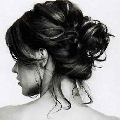 Hairstyles for humid days: A messy chignon is the perfect look humidity-proof look. Follow these steps to get the undone look #oribe #dry #texture #humidity
