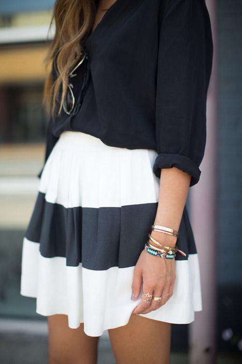 Esta falda es corta. Esta falda es blanca y negra. Me gusta la falda mucho!