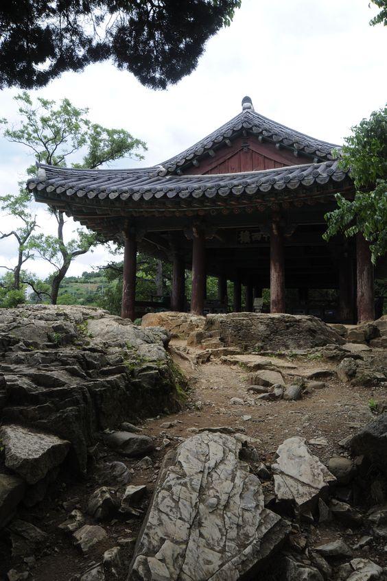 Jukseoru, Samcheok, Gangwondo, Korea.   ....on the rocks.