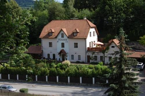 Penzion Onyx Český Krumlov Just 900 metres from the Old Town of Cesky Krumlov, this bed and breakfast offers free access to Wi-Fi. Guests can play miniature golf and rent bicycles.
