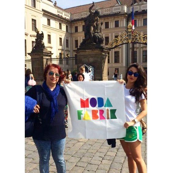 Kameralarımızı #Çek Cumhuriyeti 'ne çeviriyoruz sayın takipçilerimiz Bizi #Prag Cumhurbaşkanlığı köşkü önünden  #bayrakritueli ile selamlayan Av.Nilgün Ereğli ve Av. Işıl Ereğli 'ye çok teşekkürlerimizi sunuyoruz#İyiBayramlar ve #İyiTatiller dilerizwww.modafabrik.com#modafabrik #praha #czech #czechrepublic #prague #tatil #holiday #bayram #sunday #funday #picoftheday #photooftheday