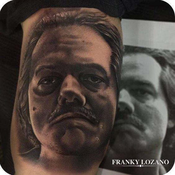 tatuaje de un retrato de wagner moura interpretando a