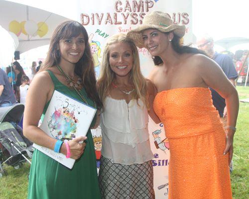 Kelly Ripa, Tiffani Amber Thiessen brave the rain for Camp Divalysscious