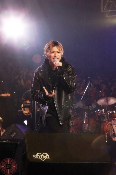 ステージで熱唱している黒い衣装を着たEXILEのSHOKICHIの画像・壁紙