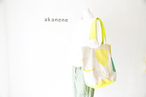 帆布生地に思いのままにドローイングし、オリジナルのテキスタイルを使用して制作したbag。持ち手と底布が蛍光のビビットなレモン色でとても印象的なbagに仕上がっ...|ハンドメイド、手作り、手仕事品の通販・販売・購入ならCreema。