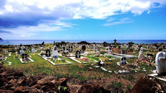 Isla de Pascua, es conocida por sus moais, pero pocos han visto el cementerio de la Isla, en la que cientos de isleños descansan junto al mar.