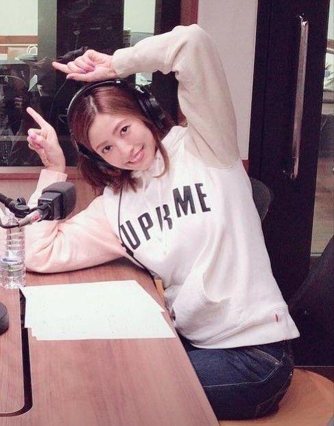 ラジオの収録でおちゃめなポーズをして笑っている片瀬那奈の画像