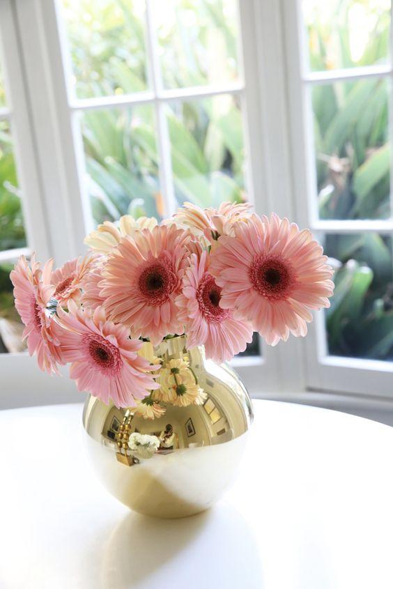 flores em vaso dourado