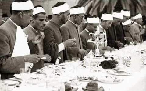 طلبة الأزهر الشريف على مأدبة الإفطار الملكية بشهر رمضان بدعوة من الملك فاروق عليه رحمة الله أربعينيات القرن الماضي الصفحة الرسمية Old Egypt Egypt History