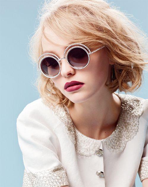Lily-Rose Depp, égérie de la collections de lunettes Perles de Chanel, photographiée par Karl Lagerfeld