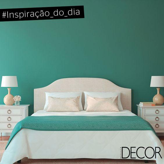 Este dormitório traz o verde como destaque e aposta nos tons neutros para o mobiliário. Simplicidade define este décor que inspira conforto.
