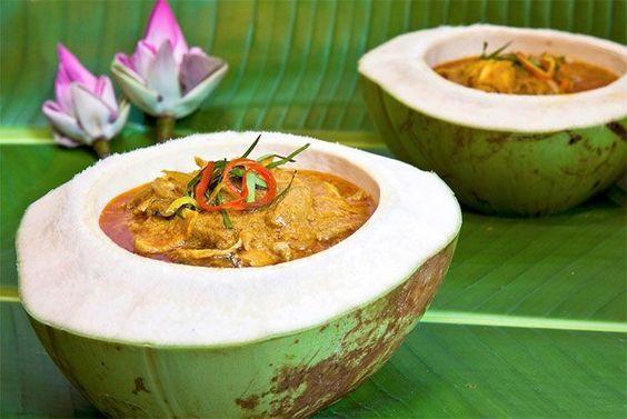 Amok thường được đựng trong trái dừa