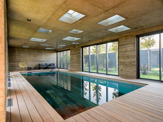 Entièrement descendu, le fond mobile habille le bassin de son bois - location chalet avec piscine interieure