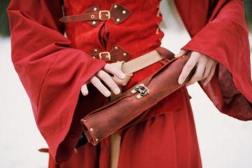 Eine Tasche für alle wichtigen Schriftstücke. Die Tasche wird aus robustem Fettleder gefertigt und mit einer Hakenschließe sicher verschlossen.  Mit einer Länge von ca. 29 cm und einem Umfang von ca. 22 cm idt genug Platz für alle losen Dokumente wie Karten, Adlesbrief oder der Brief der Geliebten.